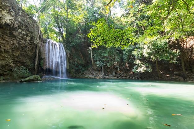 Prachtige waterval in regenwoud, provincie kanchanaburi, zuidoost-azië, thailand