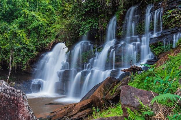 Prachtige waterval in thailand.