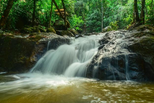 Prachtige waterval stroomt uit hooggebergte.