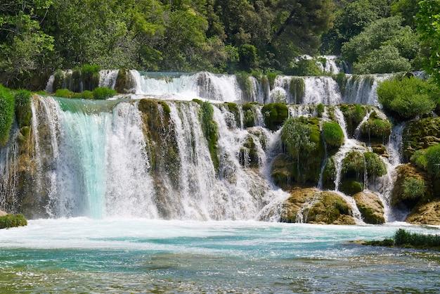 Prachtige watervallen in het nationale park krka in kroatië