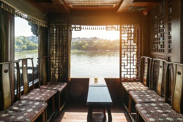 Prachtige west lake landschap van hangzhou buiten het raam van tea house