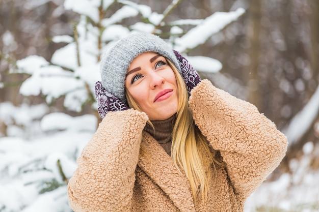 Prachtige winter portret van jonge vrouw in de winter besneeuwde landschap