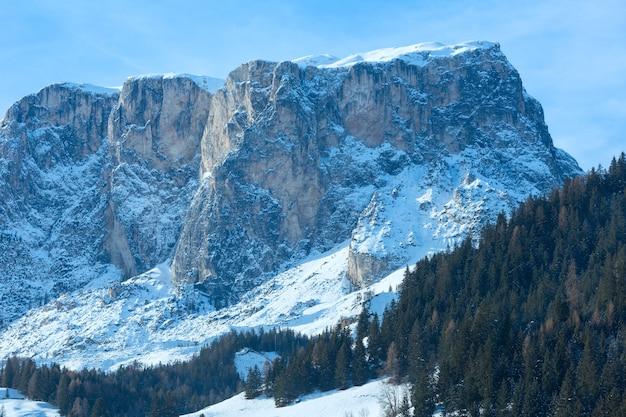 Prachtige winter rotsachtige berglandschap. italië dolomieten, aan de voet van passo gardena, zuid-tirol