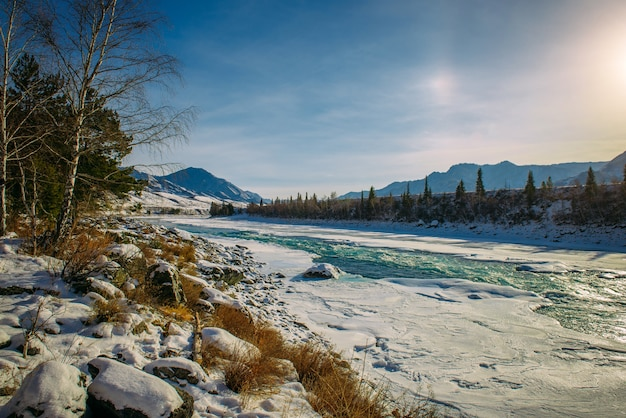 Prachtige winterlandschap, berg rivierdal in fantastisch zonlicht
