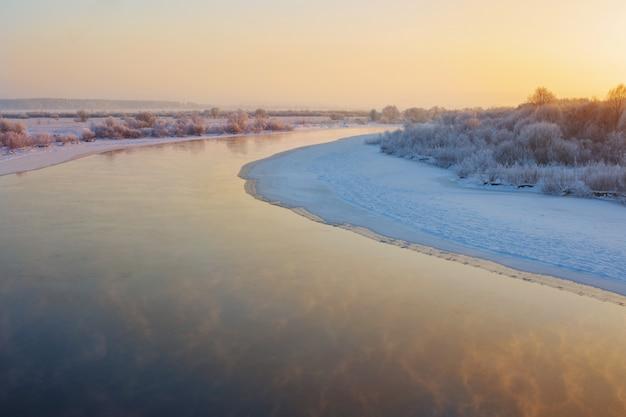 Prachtige winterlandschap met rivier