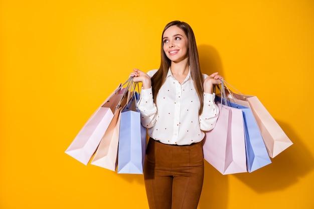 Prachtige zakenvrouw draagt winkelpakketten