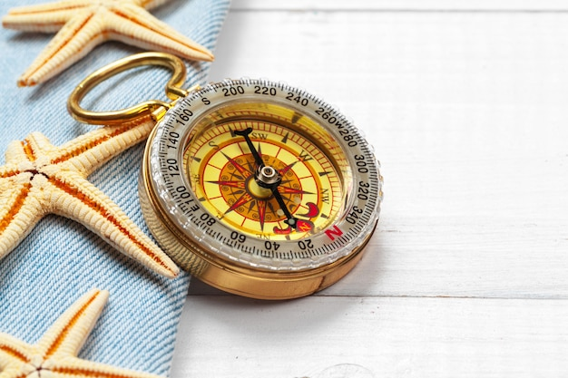 Prachtige zee compositie met schelpen en vintage kompas