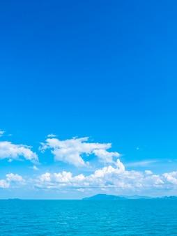 Prachtige zee en oceaan op witte wolk en blauwe hemel