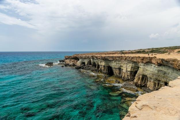 Prachtige zee-grotten bevinden zich aan de oostkust, in de buurt van de stad ayia napa.