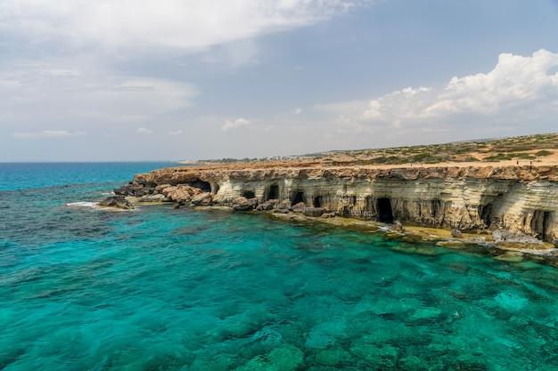 Prachtige zee grotten zijn gelegen aan de oostkust, in de buurt van de stad ayia napa.