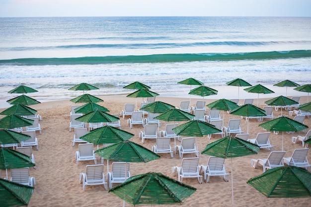 Prachtige zee met parasols en ligstoelen