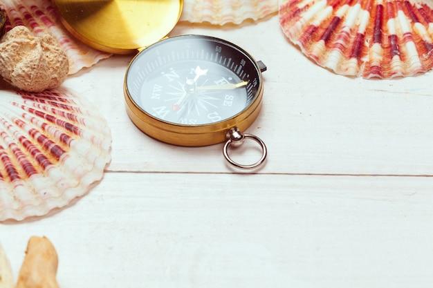 Prachtige zee samenstelling met schelpen en vintage kompas