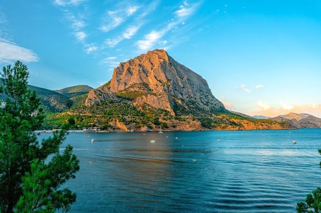 Prachtige zeegezichten vanaf het golitsyn-pad, uitzicht op de bergen in de zomer