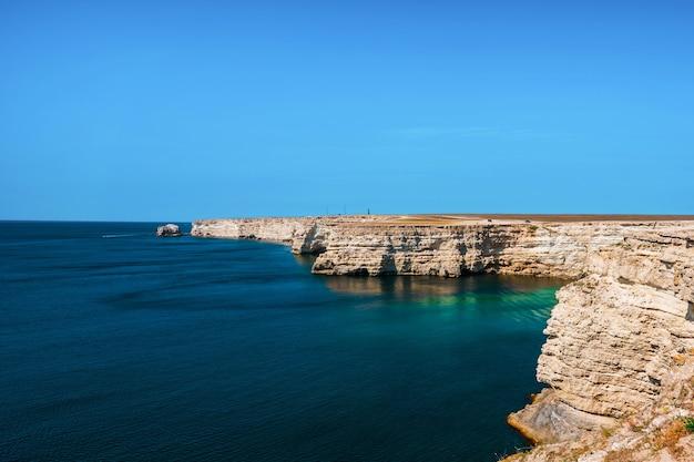 Prachtige zeekust met turkoois water en rotsen. zomerzeegezicht, beroemde reisbestemming