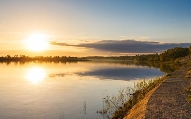 Prachtige zonsondergang aan de oevers van de rivier