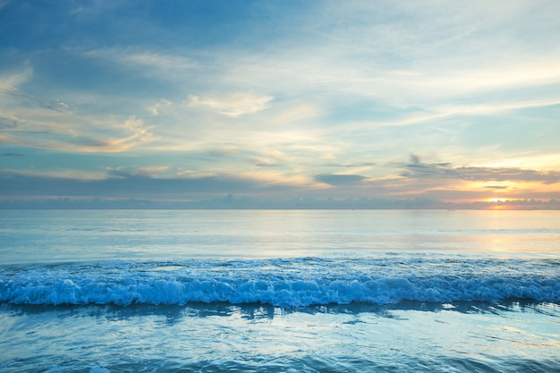 Prachtige zonsondergang boven de zee