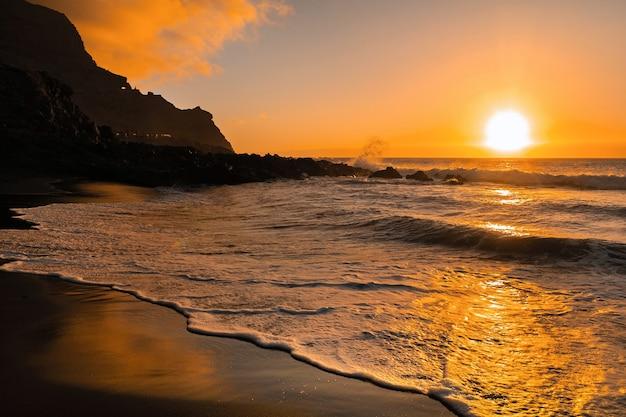 Prachtige zonsondergang in de atlantische oceaan op het eiland tenerife.