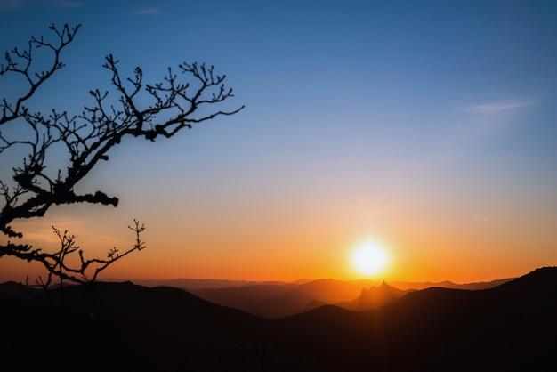 Prachtige zonsondergang in de bergen