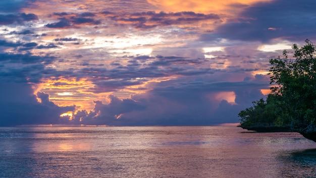 Prachtige zonsondergang in de buurt van kordiris homestay, gam island, west papuan, raja ampat, indonesië