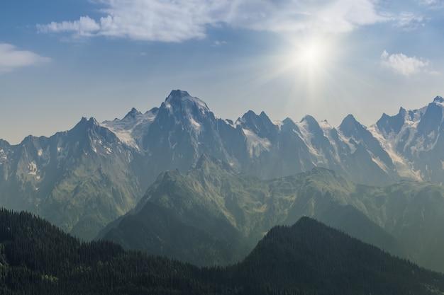 Prachtige zonsondergang in de majestueuze hoge berg met prachtige wolken en zonnestralen, landschap