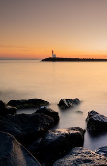 Prachtige zonsondergang in een mistige haven