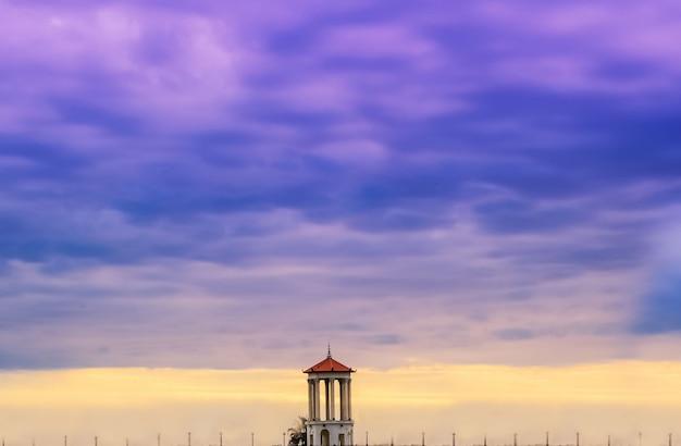 Prachtige zonsondergang met dramatische onweerswolken