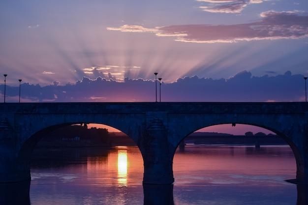 Prachtige zonsondergang met licht dat door de wolken komt en een kleurrijke lucht.