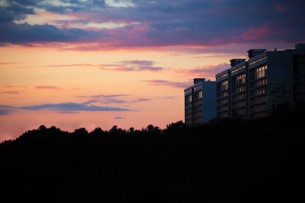Prachtige zonsondergang met roze en paarse lucht in de badplaats kopieer de ruimte