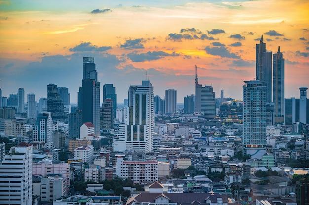 Prachtige zonsondergang met stadsgezicht of bangkok