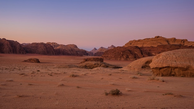Prachtige zonsondergang met uitzicht op de bergen in de wadi rum-woestijn in jordanië
