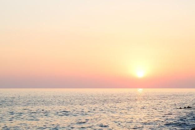 Prachtige zonsondergang oceaan horizon landschap. zonsondergang horizon uitzicht op zee. uitzicht op zee zonsondergang. selectieve focus