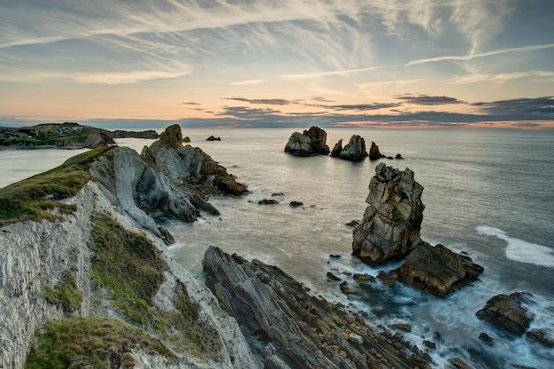 Prachtige zonsondergang op de gebroken kust in cantabrië