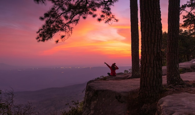 Prachtige zonsondergang op de hoge berg Premium Foto