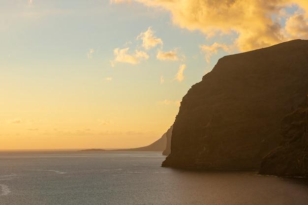 Prachtige zonsondergang op de kust