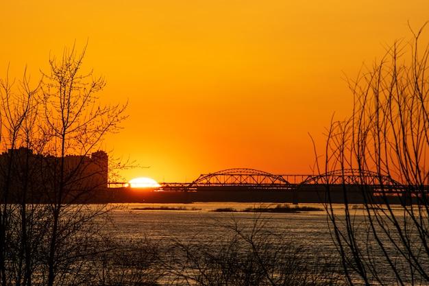 Prachtige zonsondergang op de rivier de wolga. nizjni novgorod