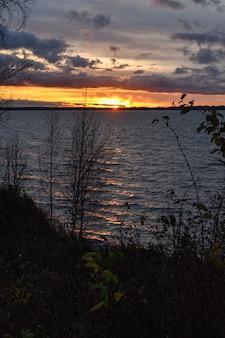 Prachtige zonsondergang op de rivier de wolga