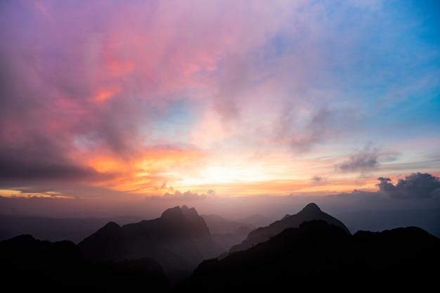 Prachtige zonsondergang op de top van de berg in het noorden van thailand