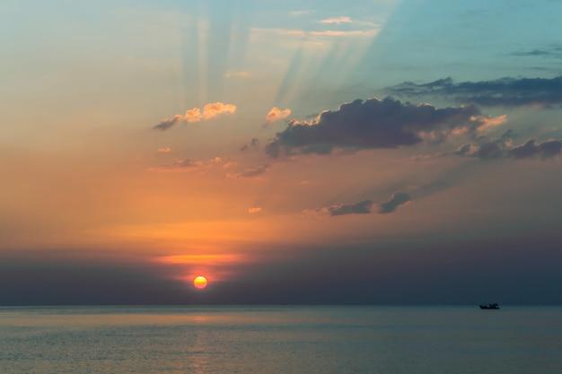 Prachtige zonsondergang op de zee