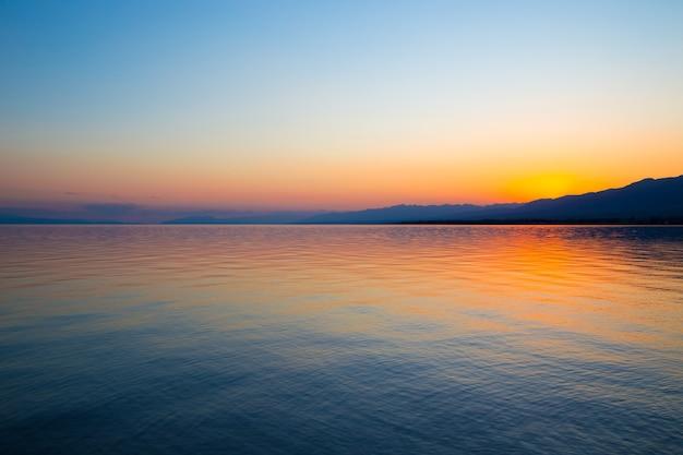 Prachtige zonsondergang op een meer in de bergen.