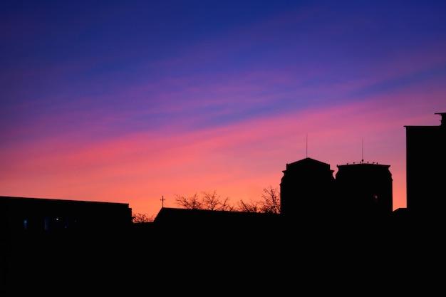 Prachtige zonsondergang op het dak van het huis