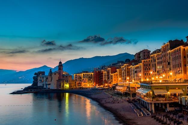 Prachtige zonsondergang op het kiezelstrand in camogli bij genua, italië