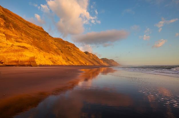 Prachtige zonsondergang op het ocean beach, nieuw-zeeland.