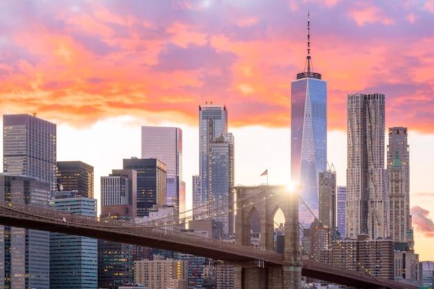 Prachtige zonsondergang over de brooklyn bridge in new york city, verenigde staten