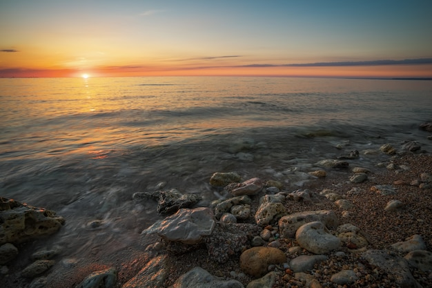 Prachtige zonsondergang over de oceaan. zonsopgang in de zee