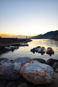Prachtige zonsondergang over de zee in camogli