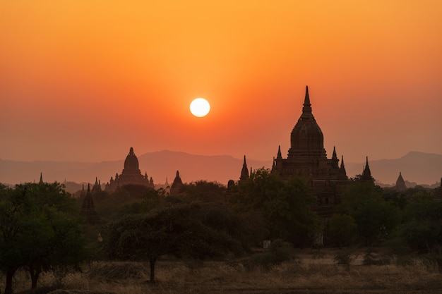 Prachtige zonsondergang over oude tempels