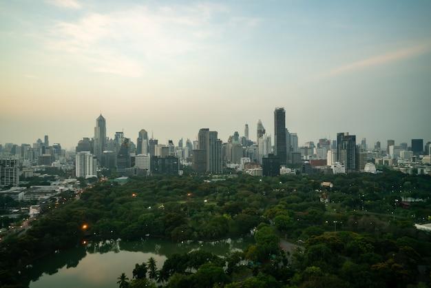 Prachtige zonsondergang stadsgezicht en hoogbouw in het centrum van de metropool