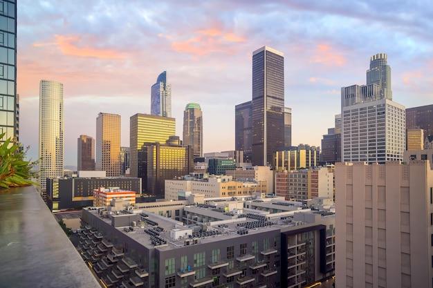 Prachtige zonsondergang van de skyline van de binnenstad van los angeles in ca, usa