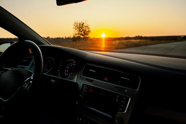 Prachtige zonsondergang vanuit de auto