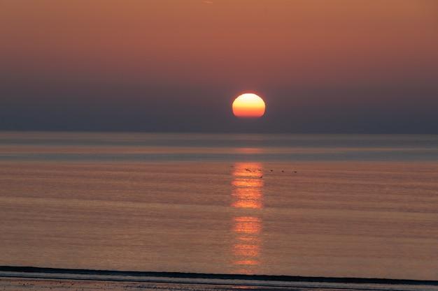 Prachtige zonsopgang boven de oceaan. heel vroeg in de ochtend aan de atlantische oceaan